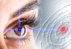 woman& x27特写镜头; s眼睛 美好的眼睛女性宏指令 新的未来派和技术概念 库存图片