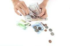 Woman' 计数泰国泰铢钞票的s手 免版税库存图片