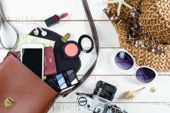 Woman& x27; le attrezzature casuali di s con compongono la borsa e gli accessori Immagine Stock Libera da Diritti
