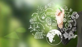Woman& x27 ; main de s dessinant des croquis renouvelables de sources d'énergie au blackb Images libres de droits