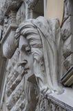 Woman& x27; s面孔雕塑 艺术Nouveau房子在R的门面装饰 免版税库存图片