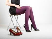 Woman& x27; s-Beine, die Strumpfhose und hohe Absätze tragen Lizenzfreie Stockfotos