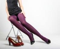 Woman& x27; s-Beine, die Strumpfhose und hohe Absätze tragen Stockfotos