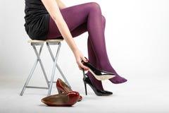 Woman& x27; s-Beine, die Strumpfhose und hohe Absätze tragen Stockfoto
