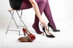 Woman& x27; s-Beine, die Strumpfhose und hohe Absätze tragen Stockfotografie