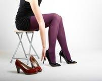 Woman& x27; s-Beine, die Strumpfhose und hohe Absätze tragen Lizenzfreies Stockbild