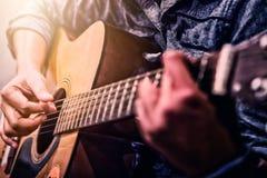 Woman& x27; s handen die akoestische gitaar spelen Stock Afbeeldingen