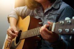 Woman& x27; s handen die akoestische gitaar spelen Stock Afbeelding