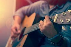 Woman& x27; s handen die akoestische gitaar spelen Royalty-vrije Stock Afbeelding