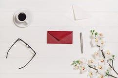 Woman& x27; s lijst, bureau of werkruimte hierboven wordt gezien die van Hoogste meningsachtergrond met witte hout en exemplaarru Stock Foto's