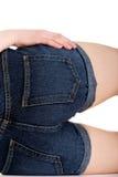 Woman& x27; s-Rückseite in der kurzen Jeanshose Stockbild