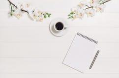 Woman& x27 ; table, bureau ou espace de travail de s vus d'en haut Fond de vue supérieure avec l'espace blanc en bois et de copie Image libre de droits