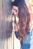 15 woman young Κλιμένο κεφάλι στην πόρτα και τους ελέγχους η λαβή πνεύμα Στοκ Εικόνα