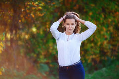 15 woman young Τοποθέτηση κοριτσιών χαμόγελου όμορφη στο ζωηρόχρωμο πάρκο φθινοπώρου Στοκ Εικόνες