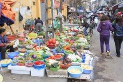 Womand sprzedawania owoc i warzywo w ulicznym rynku Hoàn KiẠ¿ m stara ćwiartka Hanoi Obraz Stock
