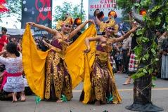 Womandancing durante la ceremonia de Nyepi en Bali, Indonesia Foto de archivo libre de regalías