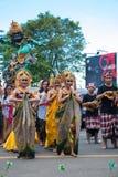 Womandancing durante la ceremonia de Nyepi en Bali, Indonesia Fotografía de archivo