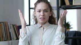 WomanGeting enojado y loco en la oficina, interior, joven, almacen de metraje de vídeo