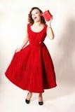 Womani in vestito rosso con il regalo Immagine Stock