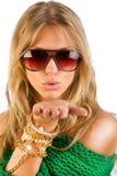 Womanis die een kus verzendt Stock Foto's