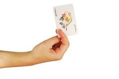 Womanish Hand hält Spielkarten an Lizenzfreie Stockfotos