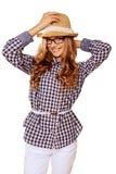 Womanl bonito joven con el atuendo retro que sostiene sombrero contra pizca Imagenes de archivo