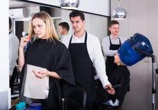 Womanl, das auf neuem Haarschnitt sich beschwert Lizenzfreie Stockfotografie