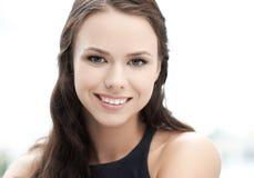 Womanl elegante joven feliz y sonriente al aire libre Fotos de archivo libres de regalías