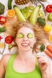 Womanl joven hermoso, porciones de frutas y verduras fotografía de archivo libre de regalías