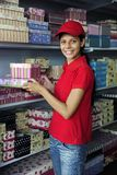 Womanl joven que trabaja en un almacén Foto de archivo