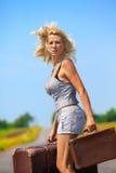 Womanl mit ihrem Gepäck Stockbild