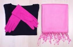 Womanly одежды на деревянной предпосылке, одежде на осень или зиме Стоковое фото RF