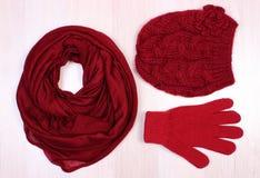Womanly одежды на деревянной предпосылке, одежде на осень или зиме Стоковые Изображения RF