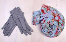 Womanly одежды на деревянной предпосылке, одежде на осень или зиме Стоковое Изображение