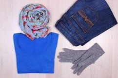 Womanly одежды на деревянной предпосылке, одежде на осень или зиме Стоковые Изображения