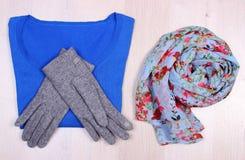 Womanly одежды на деревянной предпосылке, одежде на осень или зиме Стоковые Фото