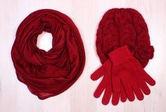 Womanly одежды на деревянной предпосылке, одежде на осень или зиме Стоковые Фотографии RF