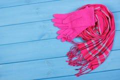 Womanly перчатки и шаль на досках, одежда на осень или зима, космос экземпляра для текста Стоковое Изображение