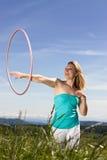 Womanplays mûrs blonds avec le cercle de hula Photo stock