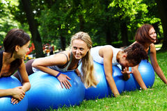 Womans che fa le esercitazioni di forma fisica Immagini Stock Libere da Diritti