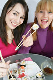 Womans, das Sushi isst Stockfoto