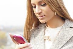 womans för cellhandtelefon Fotografering för Bildbyråer