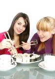 womans que comen el sushi Foto de archivo libre de regalías