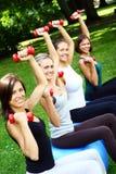 Womans que hace ejercicios de la aptitud Foto de archivo libre de regalías