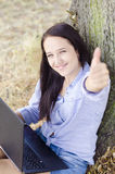 Womanshow жест с тетрадью Стоковые Фото
