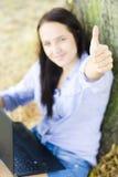 Womanshow un gesto con il taccuino Fotografia Stock Libera da Diritti