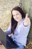 Womanshow un gesto con il taccuino Fotografie Stock