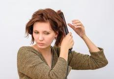 Womanwind het haar op de krullende haarkrulspelden stock afbeelding