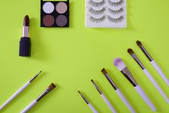 women's化妆用品顶视图在霓虹绿色背景的 免版税库存照片
