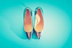 Women& à la mode x27 ; les chaussures de s en argent sur un bleu ont saturé la couche plate de l'espace de copie de vue supérieur images libres de droits